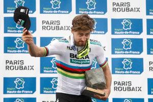 Peter Sagan získal za triumf na Paríž - Roubaix žulovú kocku.
