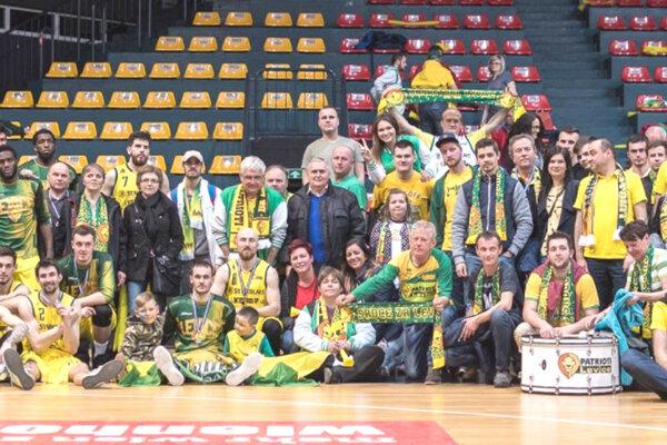 Basketbalisti si po zápase spravili spoločnú fotku so svojimi fanúšikmi, ktorí merali cestu do Viedne.