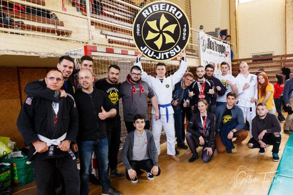 Spoločná fotografia úspešného tímu Tomáša Bilišiča, ktorý získal na podujatí vKolárove množstvo medailí.