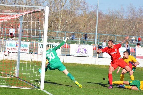 Skóre zápasu otváral útočník Saša Popin.