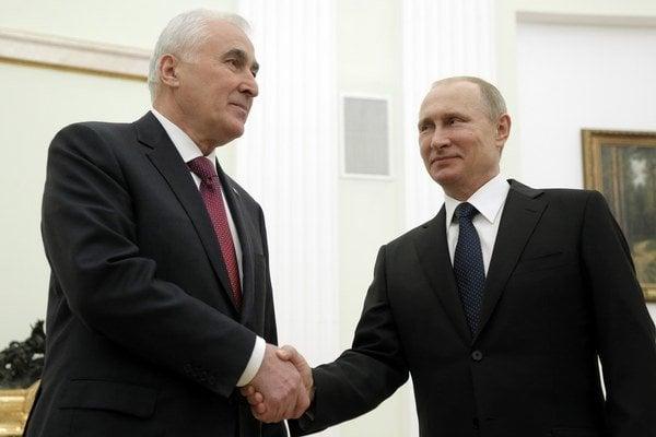 Ruský prezident Vladimir Putin (vpravo) a juhoosetský prezident Leonid Tibilov.