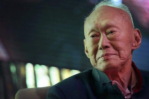 Na snímke z 20. marca 2013 je prvý premiér a zakladateľ moderného Singappuru Li Kuang jao počas ekonomického fóra v Singapure.