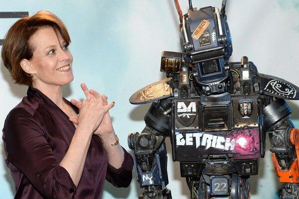 Americká herečka Sigourney Weaverová pózuje s policajným robotom menom Chappie.