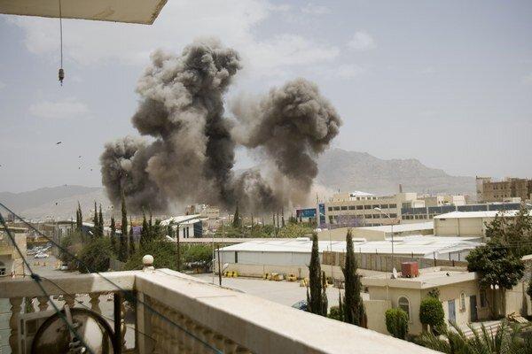 Letecký útok saudsko-arabských síl v Saná 8. apríla 2015.