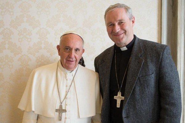 Pápež František s arcibiskupom Róbertom Bezákom, ktorého 10. apríla 2015 prijal vo Vatikáne na súkromnej audiencii.