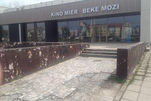 Už sa pracuje aj na obnove okolia kina.