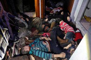 Na snímke zo Sýrskej civilnej obrany Biele helmy, ľudia po údajnom chemickom útoku ležia na zemi budovy v sýrskom meste Dúmá 8. apríla 2018.