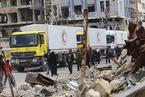 Nákladné autá s humanitárnou pomocou prichádzajú do mesta Dúmá vo východnej Ghúte.