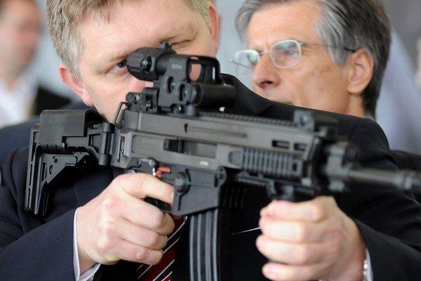 Robert Fico počas otvorenia nového výrobného závodu v Novákoch.