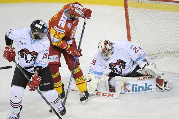Na snímke z druhého zápasu finálovej série Andre Deveaux (v strede) sa pokúša cloniť banskobystrickému brankárovi Janovi Lukášovi, bráni ho Ján Brejčák (vľavo).