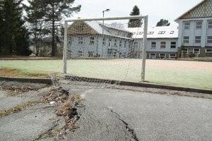 Ihrisko za školou sa prepadáva. Z pôvodne multifunkčného už zostal len povrch z umelej trávy.