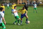 Hráči Belej (v žltom) si v piatkovej dohrávke 15. kola poradili s futbalistami Vysokej nad Kysucou.