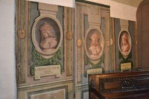 Prvé dva obrazy ešte nie sú zreštaurované, tretí portrét áno.