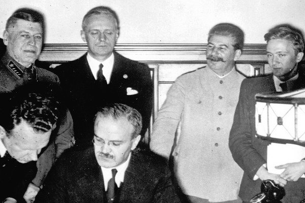 Sovietsky minister zahraničia Viačeslav Molotov podpisuje pakt s Ribbentropom.