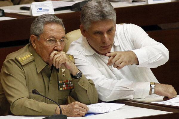 Zľava bývalý kubánsky líder Raul Castro a jeho viceprezident, dnes už prezidentMiguel Diaz-Canel Bermudez.