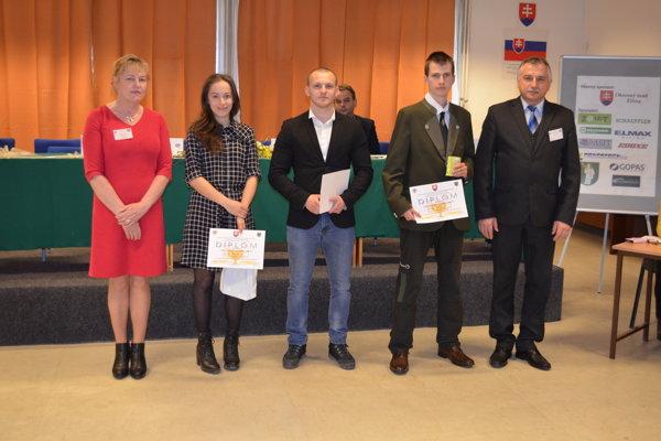 Vpravo Milan Valek, riaditeľ ZSŠ Kysucké Nové Mesto, spoločne socenenými študentami avľavo skrajskou predsedníčkou SOČ Annou Trauerovou.