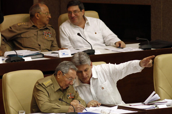Raúl Castro a Miguel Díaz-Canela.
