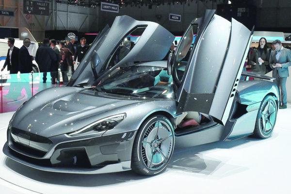 Rimac Concept Two mal premiéru v Ženeve. Chorvátsky superšportový automobil Concept Two má všetky štyri kolesá poháňané elektromotormi, ktorých celkový výkon je 1048 kW.