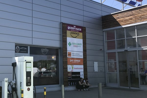 Pred hypermarketom umiestnili nabíjaciu stanicu vo štvrtok 19. apríla.
