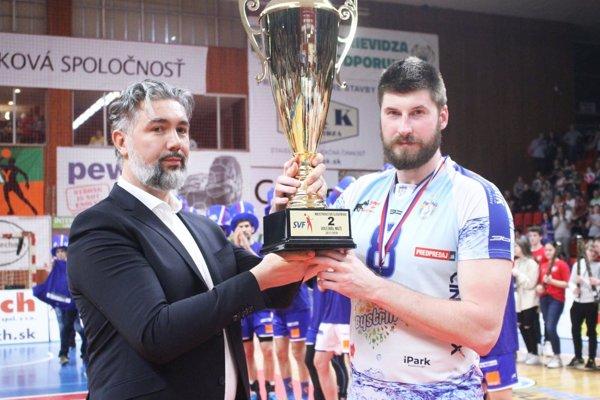 Kapitán Nitry Peter Kašper prebral pohár za druhé miesto v extralige od prezidenta SVF Martina Kraščeniča.