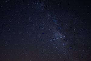 Meteor z meteorického roja Lyridy.