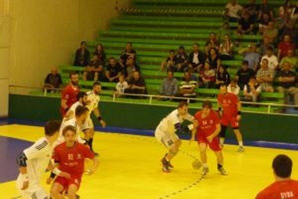 Pov. Bystrica (v červenom) zmazala veľkú stratu, ale v závere prehrala.