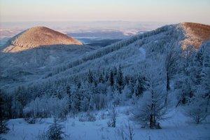 Pohľad na východ z Čiernej hory, v blízkosti Oblík, na horizonte ukrajinské Karpaty.