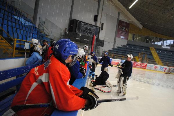 Hokejisti si už na starom zimáku nepotrénujú.