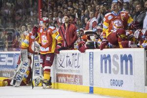Na snímke hráči HK Dukla Trenčín po prehre nad HC'05 iClinic Banská Bystrica.
