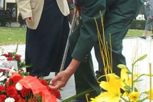 Veterán kladie kvety počas osláv SNP v Bratislave.