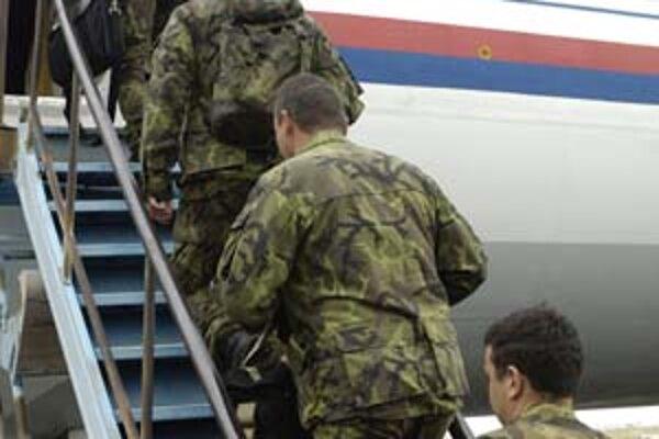 Českí vojaci odchádzajú do Kosova.
