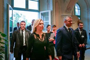Saková prichádza do prezidentského paláca.