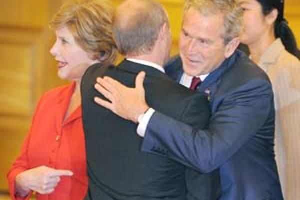 Bush nedokáže vystúpiť voči Putinovi dôraznejšie.