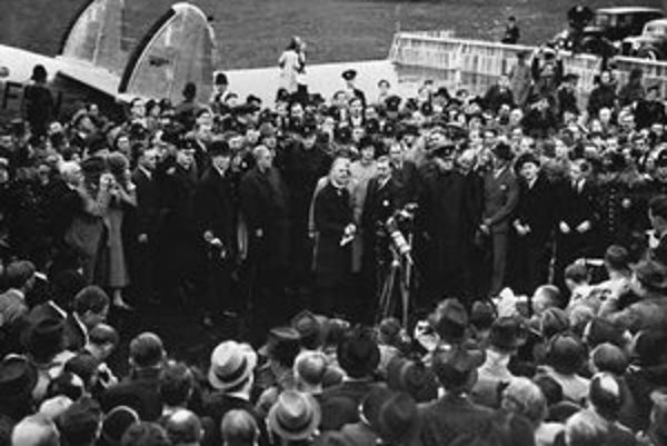 Neville Chamberlain obklopený davmi po návrate z Mníchova. Tvrdil, že zachránil mier.