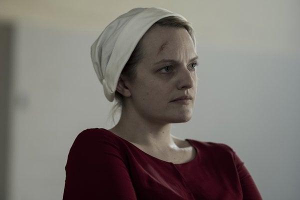 Elisabeth Mossová opäť exceluje v hlavnej úlohe seriálu Príbeh služobníčky.