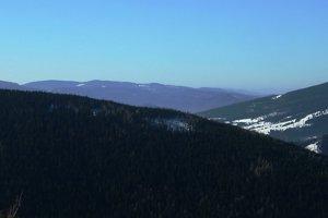 Detail z Ondrejiska smerom na západ, medzi Kráľovkou a Stolickými vrchami je Muránska planina, ďalej vpravo Kremnické vrchy.