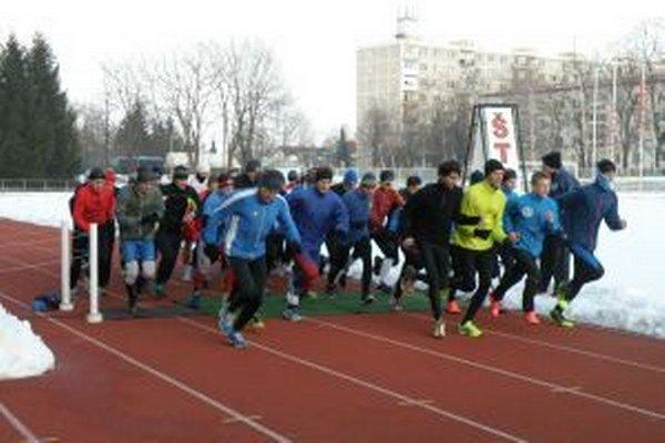 Spoločný štart pretekov na dubnickom štadióne.