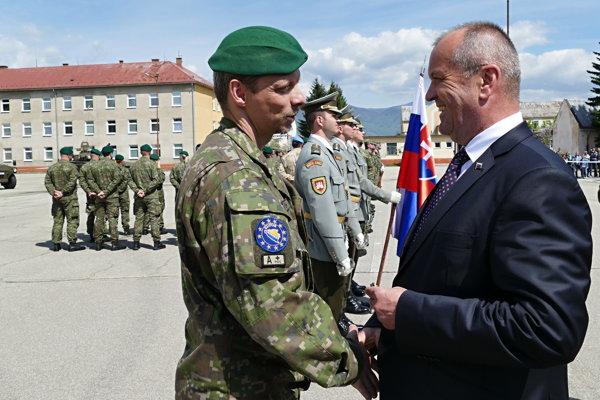 minister obrany Peter Gajdoš (vpravo)  odovzdáva pamätný kríž vojnovému veteránovi veliteľovi rotujúcej jednotky Marekovi Romanovi v priestoroch Základne výcviku a mobilizačného doplňovania v Martine.