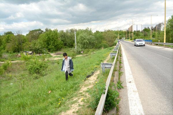 Obyvatelia Lunika a Mašličkova si skracujú cestu na Terasu a k obchodným centrám cez frekventovanú cestu.