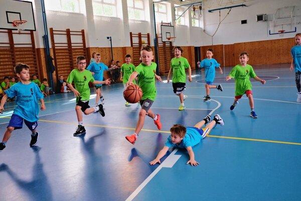 Žiaci prvého stupňa si s chuťou zahrali basketbal.