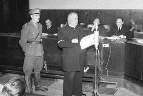 Jozef Tiso sa obhajuje pred súdom, ktorý ho nakoniec odsúdil na trest smrti.