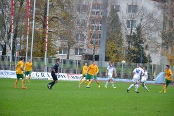 Proti Dubnici (v bielom) nastúpil aj bývalý spoluhráč Šmajačík.