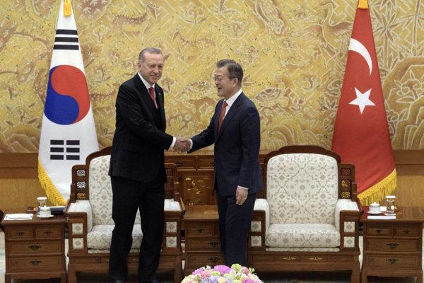 Turecký prezident Recep Tayyip Erdogan (vľavo) a juhokórejský prezident Mun Če-in.