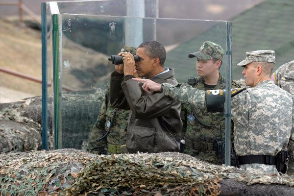 Vtedajší americký prezident Barack Obama spoločne s americkými vojakmi na hranici so Severnou Kóreou.