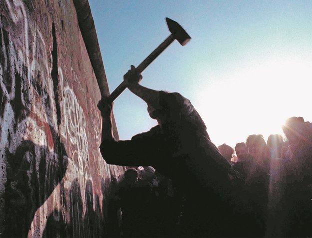 Ľuďom, ktorí sa narodili po páde Berlínskeho múra, musím pripadať ako veterán, opakujúci ošúchané historky zo zašlých čias. Foto: TASR/AP