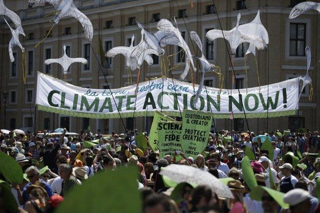 Ľudia na Petrovom námestí vo Vatikáne upozorňujú na potrebu konať v záujme klímy práve teraz. FOTO TASR/AP