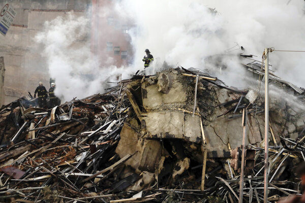 Hasiči pracujú na ruinách opustenej výškovej budovy po požiari 1. mája 2018 v Sao Paule.
