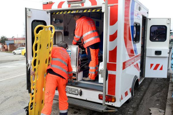 Do príchodu záchranky môže pomôcť pri záchrane defibrilátor.