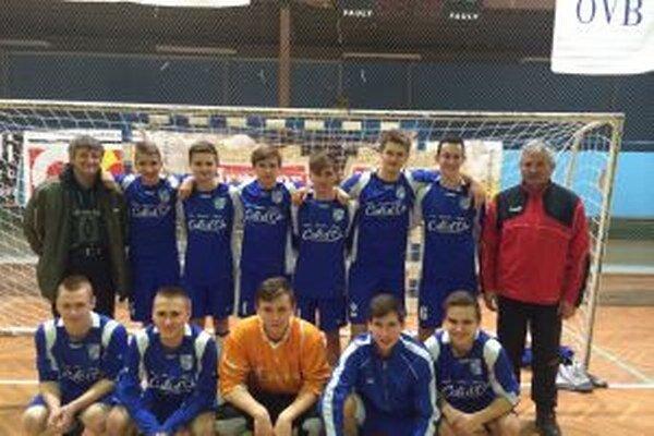 Mladší dorastenci Beluše vyhrali v Čadci, vpravo tréner V. Kavecký.