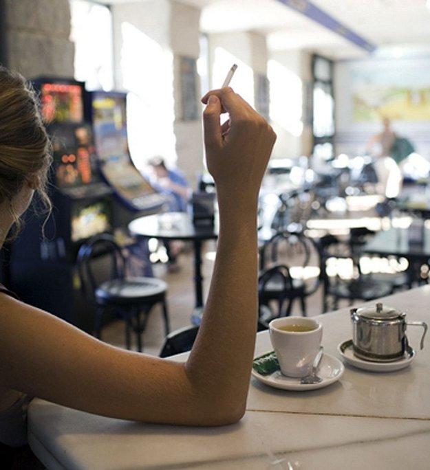 Pri stole, v kaviarni alebo v krčme si ľudia rozprávali príbehy, chľastali, mlčali, boli napojení na skutočnosť.